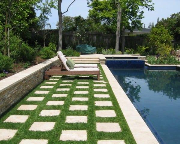 35 ideas de diseño con césped en piscinas, patios y jardines ...